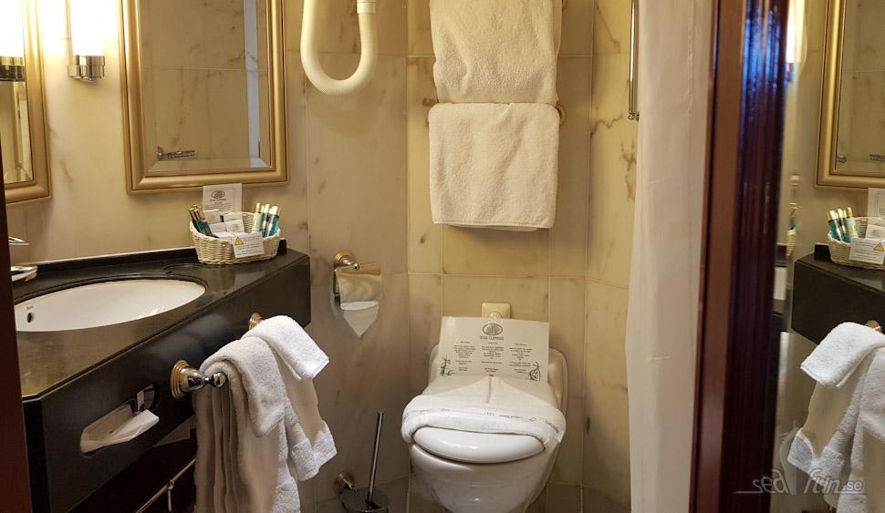 Badrummet är flott i äkta Carraramarmor. Foto: Kristofer Scheiderbauer
